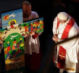 El Papa mira la cruz del evento ecuménico