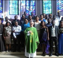 Santiago Agrelo, con fieles de la comunidad católica de Tánger