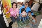 El hermano Georges Sabe, con una familia de Alepo