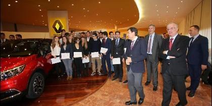 Carlos Fernández Carriedo, José Vicente de los Mozos, José Antonio López Ramón y Cajal junto a los alumnos del programa 'Renault Experience'