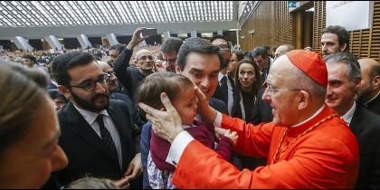 El nuevo cardenal Osoro abraza a un niño
