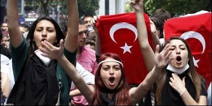 Jóvenes se manifiestan en Turquía contra el machismo del Gobierno islamista.