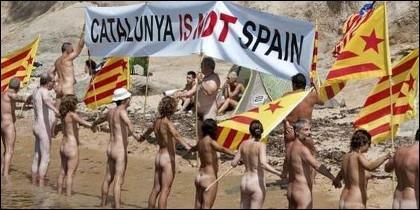 Separatistas se manifiestan desnudos en Cataluña.