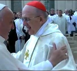 Francisco abraza al cardenal Osoro