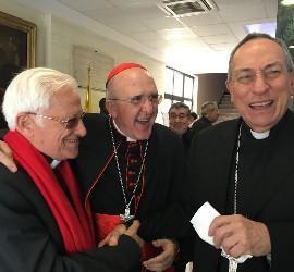 El padre Ángel, con los cardenales Osoro y Maradiaga