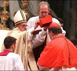 Tobin recibe su birreta cardenalicia del Papa Francisco