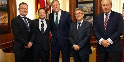 El alcalde de León, Antonio Silván, y el concejal Fernando Salguero se reúnen con la Junta de Semana Santa