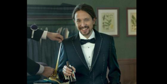 Pablo Iglesias (PODEMOS), vestido de pingüino, con pajarita y botellín de cerveza.