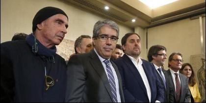 Francesc Homs (2i), con el diputado de Junts pel Sí Lluis LLach (i), el vicepresidente de la Generalitat , Oriol Junqueras; Puigdemont (4i); y el expresidente Artur Mas (5i).