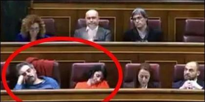 Los diputados de Podemos, Raimundo Viejo y Mar García Puig, durmiendo en el Congreso, mientras habla Rufián (ERC) desde la tribuna.