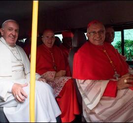 Osoro, junto al Papa y a Porras, en el microbus