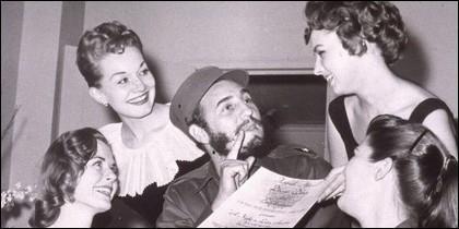 El dictador Fidel Castro presumiendo, rodeado de mujeres.