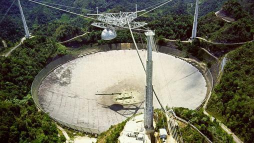 Radiotelescopio de Arecibo, capaz de captar ondas de radio provenientes de las profundidades del espacio- WIKIPEDIA