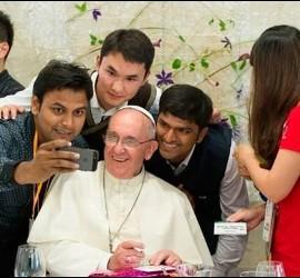 Selfie del Papa con jóvenes