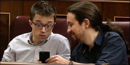 Iñigo Errejón y Pablo Iglesias (PODEMOS), jugando con el móvil en el Congreso de los Diputados.