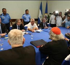 Luis Almagro, de la OEA, con los obispos
