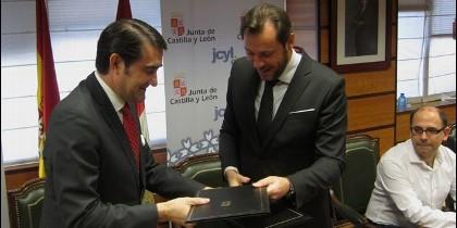 Suárez-Quiñones junto a Óscar Puente en la firma del protocolo