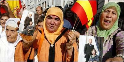 Mujeres marroquíes 'acarreadas ' manifestarse con la foto de los reyes eméritos y la bandera de España.