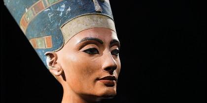 Su muerte data de 1255 AC