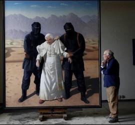 El pintor Cristóbal Toral junto con su obra 'Secuestro de Benedicto XVI'