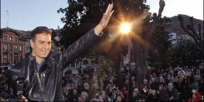 Pedro Sánchez con un grupo de partidarios en Asturias.