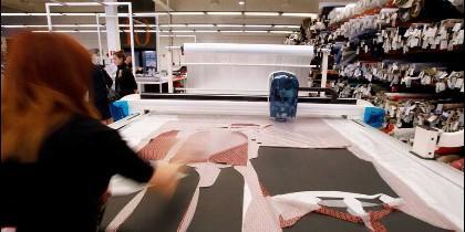 Una empleada en una fábrica textil de Barcelona. REUTERS GUSTAU CARINO