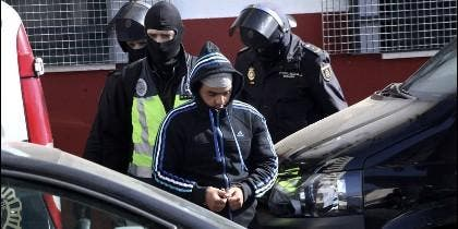 Imagen de archivo de agentes de Policía Nacional escoltan a uno de los detenidos
