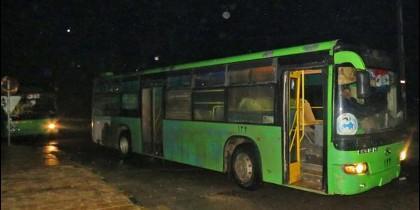 Uno de los autobuses que serán utilizados en la evacuación de civiles y combatientes de Alepo (AFP)