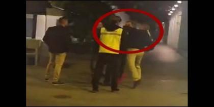 Momento del brutal puñetazo en Murcia