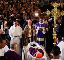 El cardenal Odilo Scherer, en el velatorio del cardenal Arns