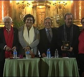 Foto de familia de los presentadores y músicos, con Lamet en el centro
