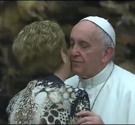 El Papa saluda a la directora del Bambino Gesú