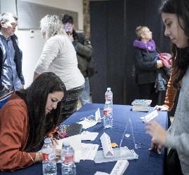 Irene, firmando ejemplares