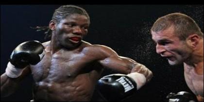 Hassan N'Dam, golpeando a Alfonso Blanco