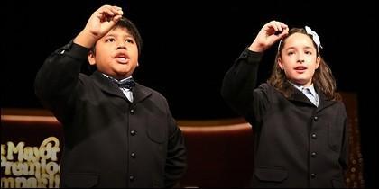 Dos niños de San Ildefonso cantando un premio.