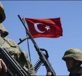 Soldados turcos en combate contra el ISIS en la frontera de Turquía con Siria.
