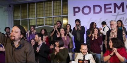Pablo Iglesias, Echenique y un grupo de militantes de Podemos.