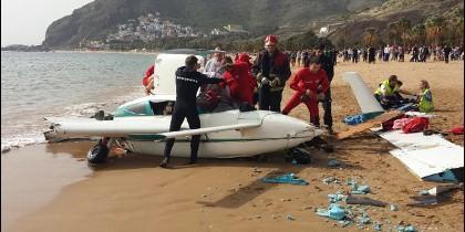 La avioneta accidentada y los servicios emergencia en el lugar