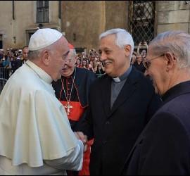 El Papa saluda a Arturo Sosa