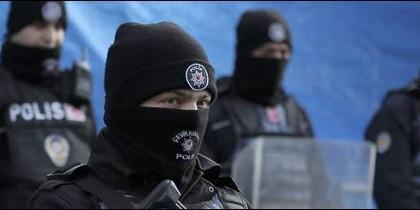 Poli´cias antiterroristas turcos en estado de alerta.