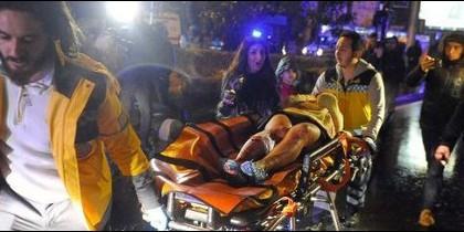 Los equipos médicos evacuan heridos tras el ataque terrorista a la discoteca de Estambul.