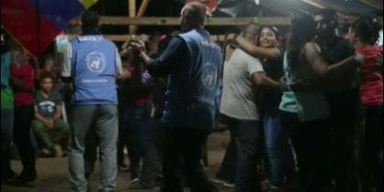Enviados de la ONU bailando muy agarraditos con narcoguerrilleras de las FARC, en la Nochevieja 2016.