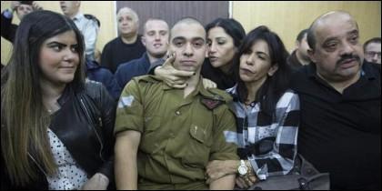 El soldado israelí Elor Azaria (c) espera junto a su familia a la lectura de la sentecia.