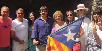 Carles Puigdemont y Pilar Rahola, en el centro de la imagen.