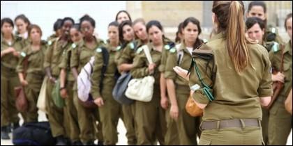 Jóvenes judías que hacen el servicio militar en el cuerpo femenino de las fuerzas armadas, el Tsahal.