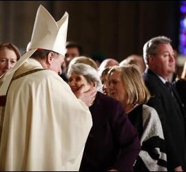 El cardenal Tobin saluda a fieles durante su toma de posesión en Newark