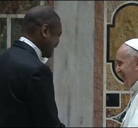 El Papa saluda al decano del cuerpo diplomático