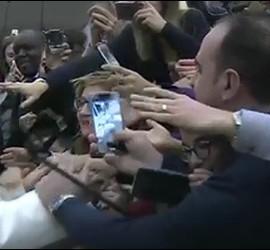 Francisco saluda a los fieles en el Aula Pablo VI