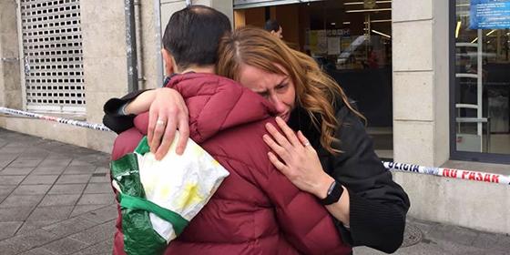 Dos jóvenes se abrazan tras el pasaje del Mercadona.
