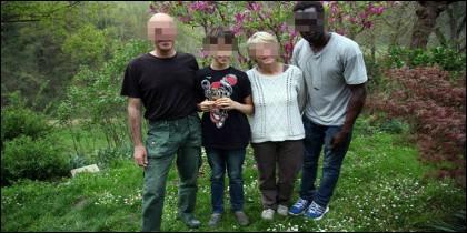 El violador, junto a matrimonio italiano y su hijo